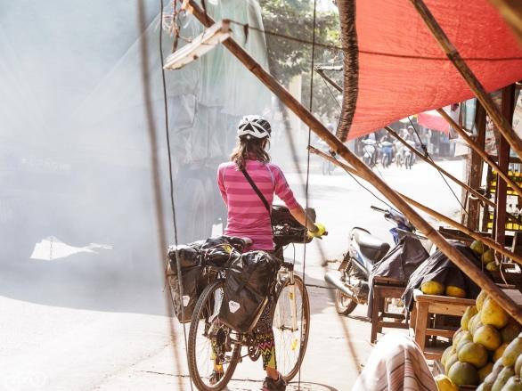 LKW und Radfahrerin