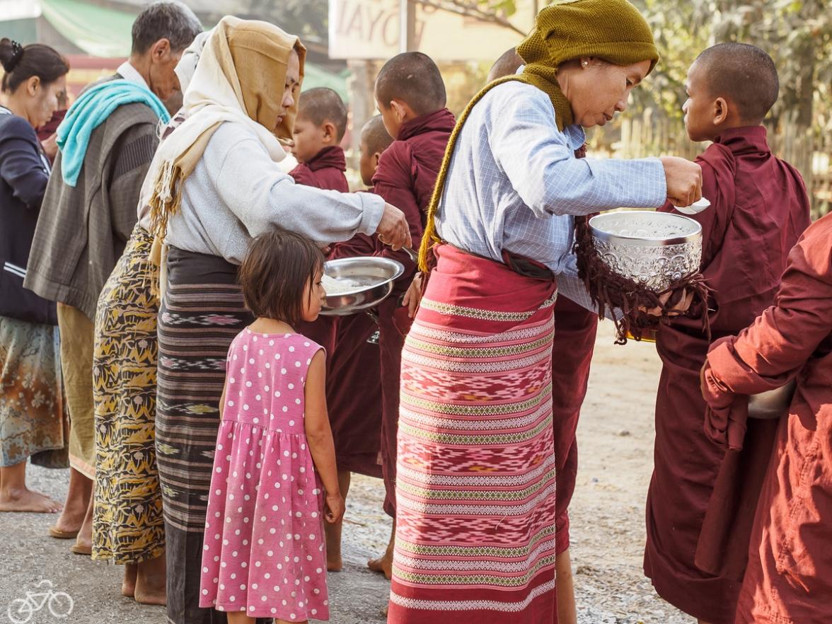 Mönche sammeln Essen jeden Tag