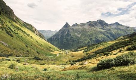 Ein Blick nach Tirol in das Trisanna Tal. / Výhled do Tirolska