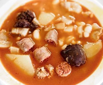 In einem kleinem Dorf (Ventas de Huelma) haben wir das beste Mittagsmenu auf unserer Reise gegessen. Salat, Suppe, Hauptspeise, Nachspeise und Wein um 8 EUR. Und alles vor allem unglaublich lecker. / V jedné malé vesnici (Ventas de Huelma) jsme dostali nejlepší polední menu na našeí cestě. Salát, polévka, hlavní jídlo, zákusek a Víno za 8 EUR. A vše hlavně velice dobré.