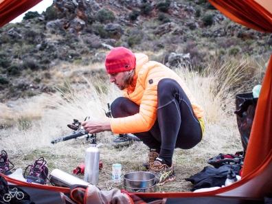 Wir kochen unser Weihnachtsessen inmitten der Sierra Nevada. / Vaříme vánoční jídlo uprostřed Sierry Nevady.