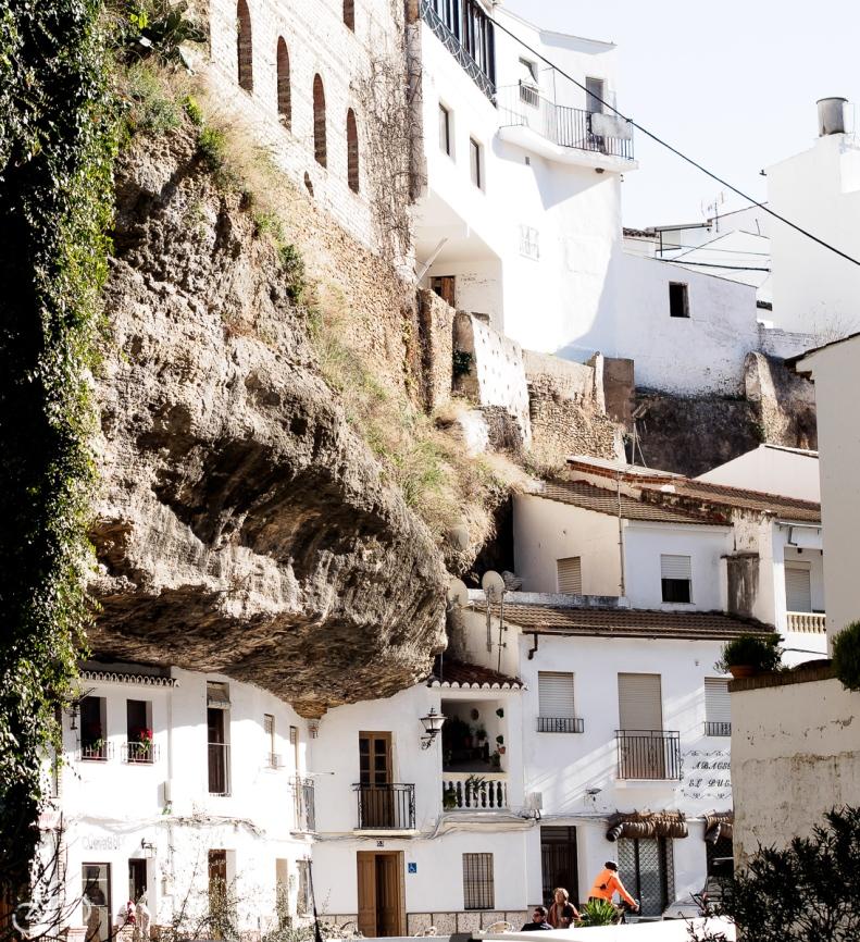 Die Häuser sind in die Felsen gebaut. / Domy jsou vestavěné do skály.